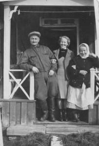 Otto, Siiri ja Elli Lahtonen kuvattuina kotimökkinsä kuistilla. Kalervo Puttosen kokoelmat.