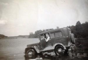 Antti Manero ja Willys Jeep, jossa A-Fordin hytti. Kuva Reino Penttinen.